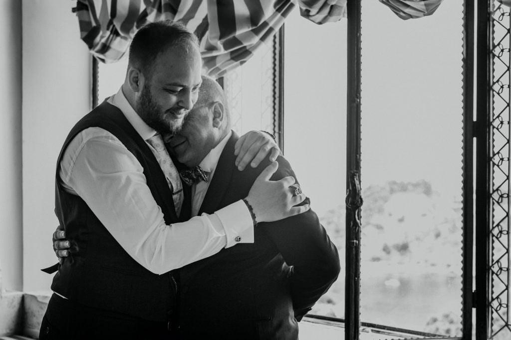 Abbraccio con papà in Matrimonio nella costa di Taormina, Sicilia