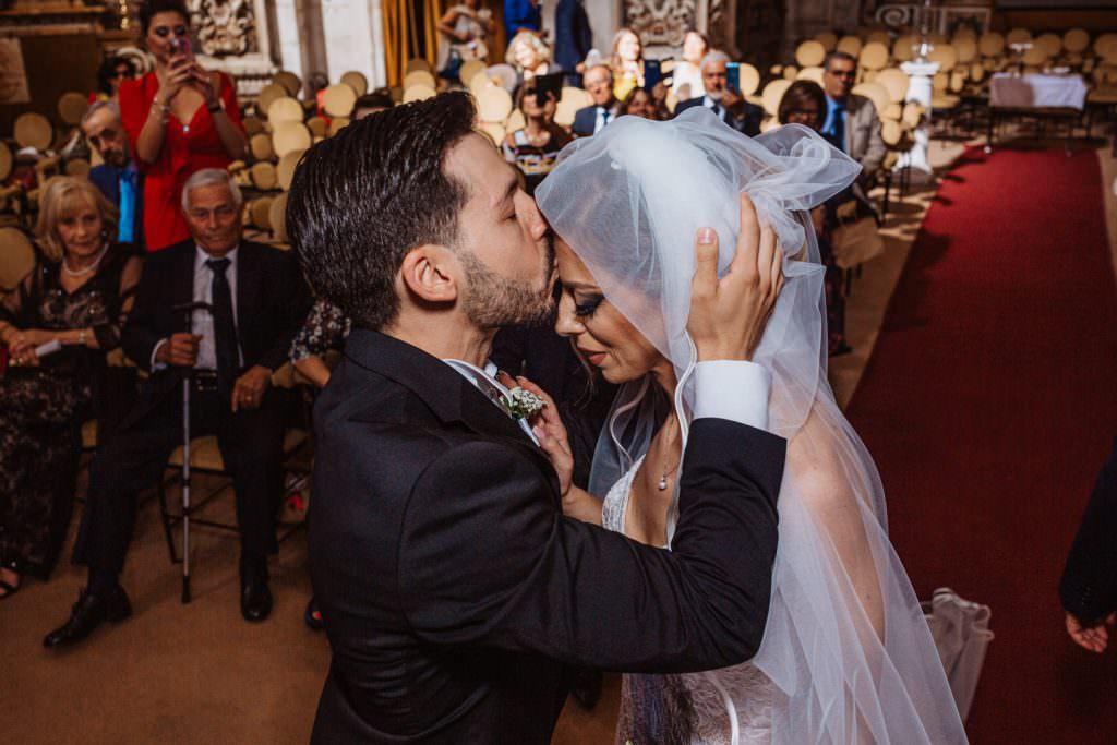 Bacio in fronte di un matrimonio elegante a Palermo