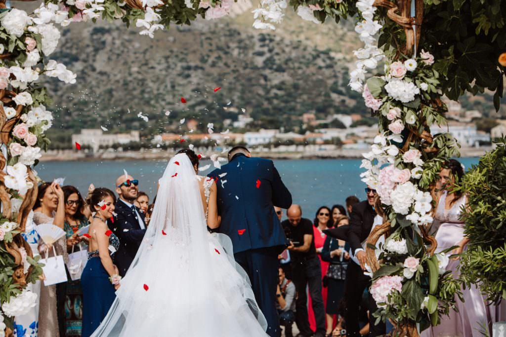 Seaside Wedding in Sicily baia del corallo confetti throwing