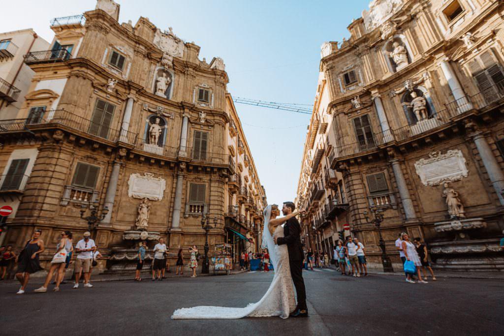 Ritratto di coppia ai Quatto Canti di un matrimonio elegante a Palermo